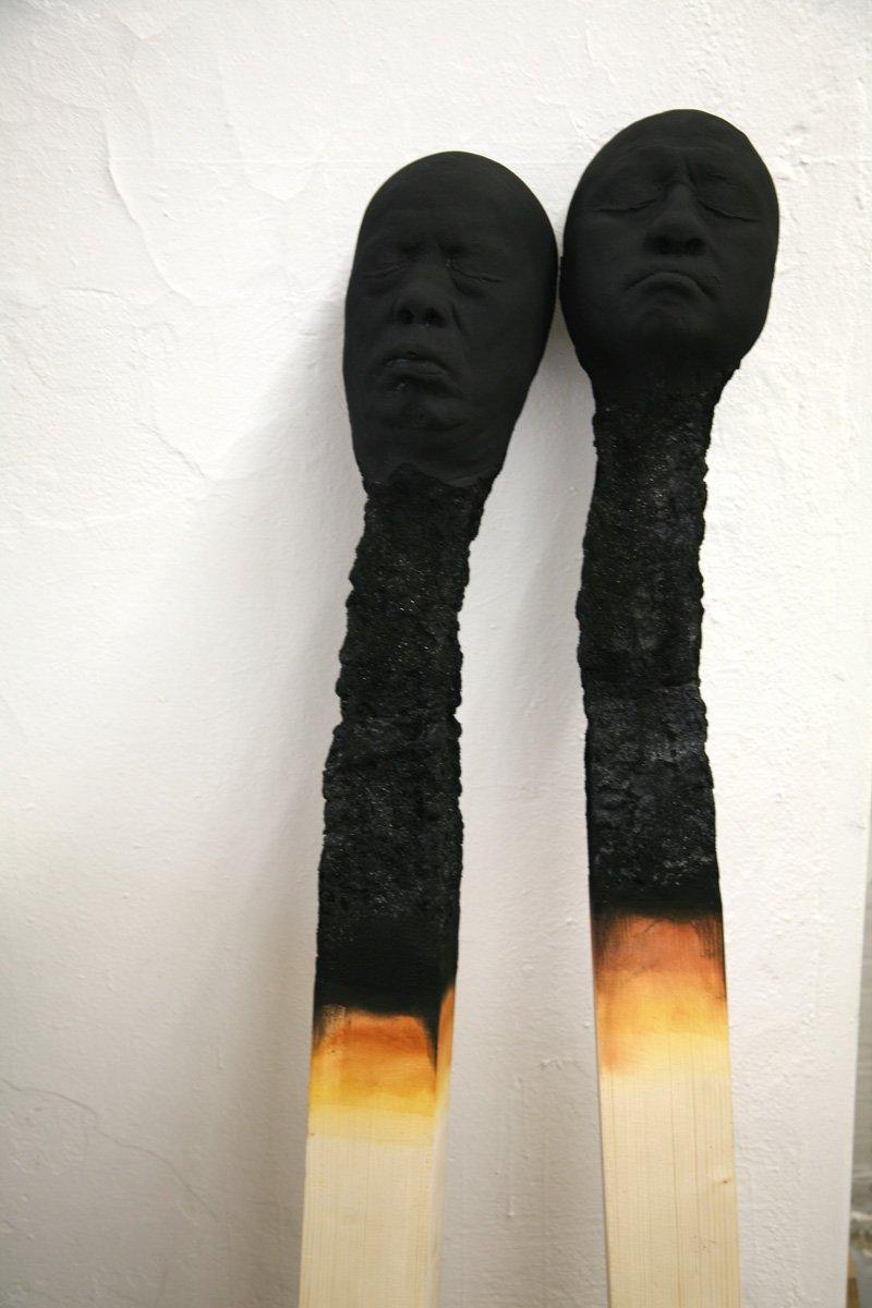 moderne-skulpturen-menschengesichter-matchstickmen-streichholz-kunstinstalation-menschlich-kunst